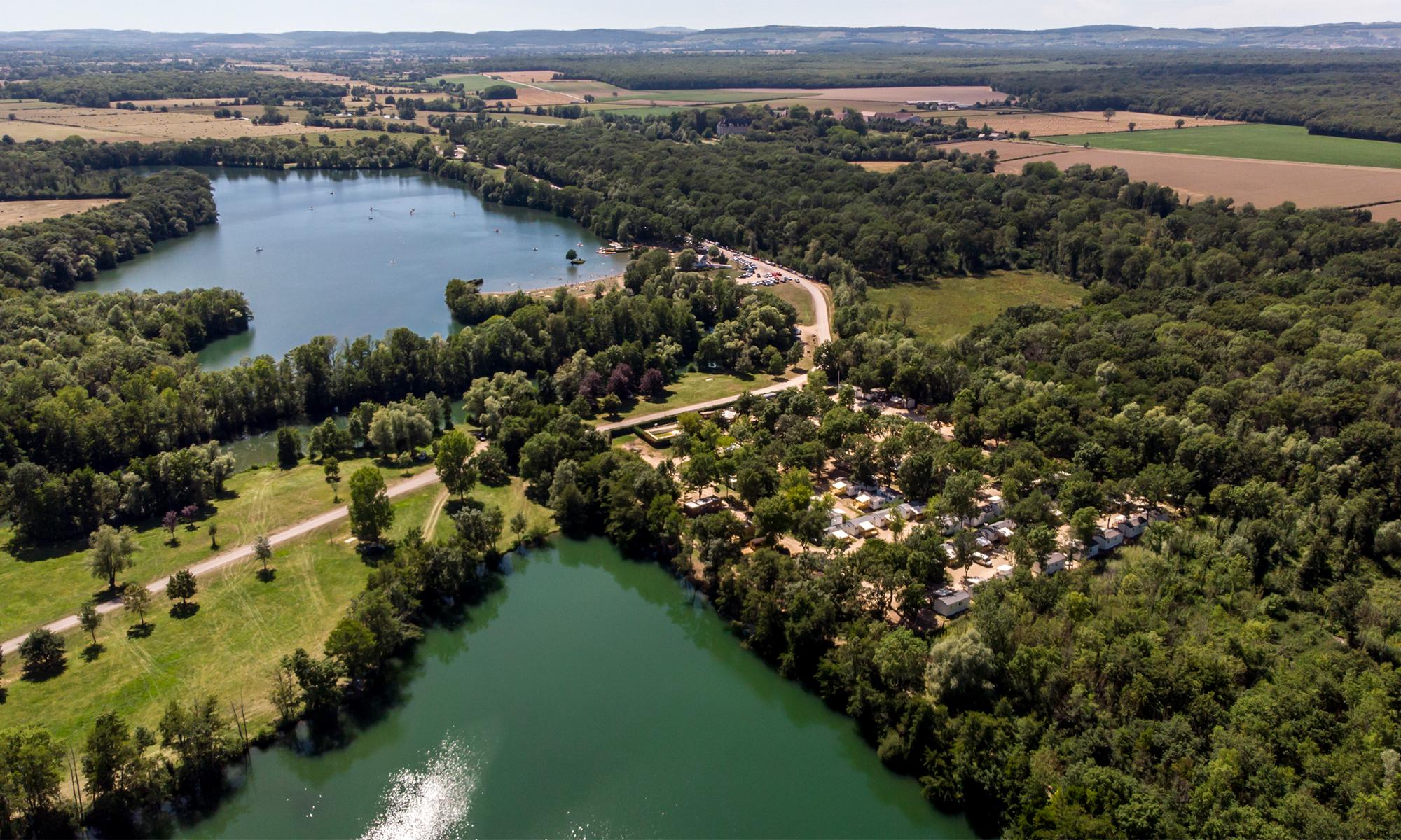Camping plat, ombragé, entouré de trois lacs