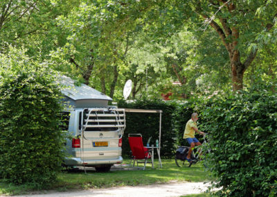 Le terrain de camping est pour moitié consacré à l'accueil des tentes, caravanes ou camping-cars.
